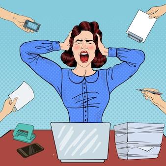Pop art femme frustrée en colère criant au travail de bureau. illustration
