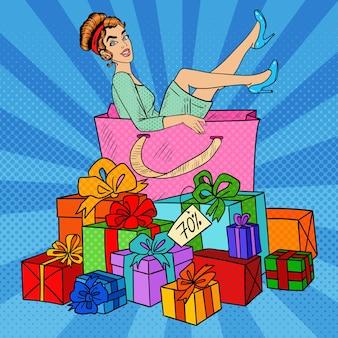 Pop art femme heureuse dans un grand sac à provisions avec d'énormes coffrets cadeaux. illustration