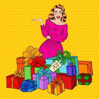 Pop art femme surprise avec d'énormes coffrets cadeaux.