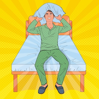 Pop art frustré homme fermant les oreilles avec oreiller. situation matinale stressante. guy souffrant d'insomnie.