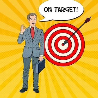 Pop art happy businessman atteint la cible. la réussite des entreprises.