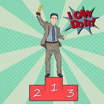 Pop art happy businessman holding golden winners cup. la réussite des entreprises.