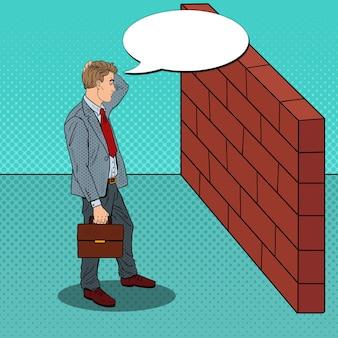 Pop art homme d'affaires douteux debout devant un mur de briques.