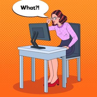 Pop art jeune femme d'affaires aux yeux faibles travaillant à l'ordinateur