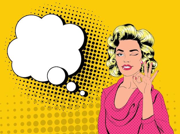 Pop art jolie femme blonde un clin de œil et montrant signe ok. affiche vintage de fille joyeuse avec bulle de dialogue comique. bannière d'affiche publicitaire pin up.