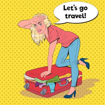 Pop art woman essayant de fermer la valise débordée
