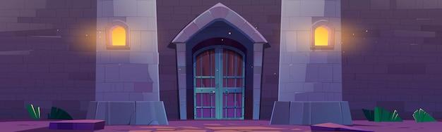 Porte médiévale du château à l'extérieur du palais de nuit