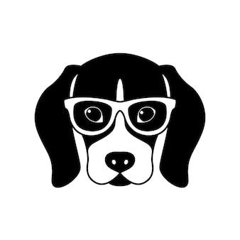 Portrait de beagle dans des verres isolé sur fond blanc