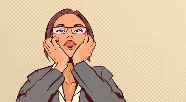 Portrait de femme d'affaires attrayant tenant tête sur les mains sur fond de pop art pinup style rétro