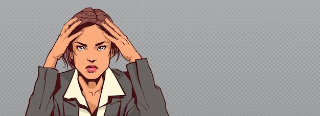 Portrait de femme d'affaires triste tenant tête de femme d'affaires a souligné copyspace horizontal