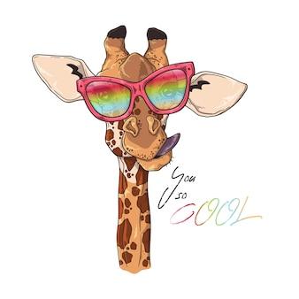 Portrait de girafe drôle dans des verres personnalisés.