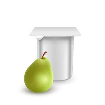 Le pot en plastique mat blanc pour le dessert à la crème de yogourt ou le modèle d'emballage de confiture crème de yogourt avec des poires fraîches isolées