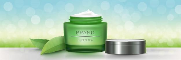 Pot en verre vert avec de la crème naturelle