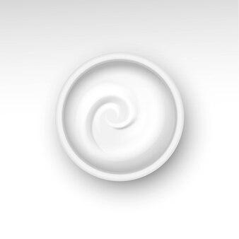 Pot vide avec tourbillon de crème isolé sur fond blanc