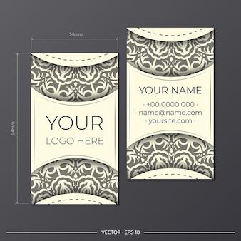 Préparez des cartes de visite crème légère avec de magnifiques motifs vectoriels d'ornements de mandala. modèle de carte de visite de conception d'impression avec des motifs de monogramme.