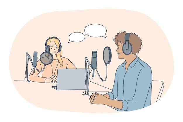 Présentateurs de l'émission de radio du matin, professions, concept d'emploi. jeune homme souriant et reporters femme