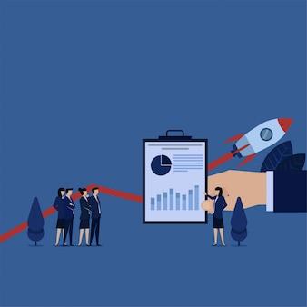 Présentation de femme d'affaires avec diagramme et grandir graphique de démarrage.