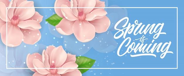 Le printemps est en train de lettrage dans le cadre avec des fleurs roses sur fond bleu avec des étincelles.
