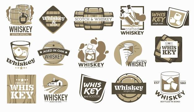 Production de boisson au whisky, vieillie en fûts de chêne pendant des années. étiquettes et logotypes avec inscriptions, fabrication de boissons alcoolisées en campagne. verre avec des glaçons. vecteur dans un style plat