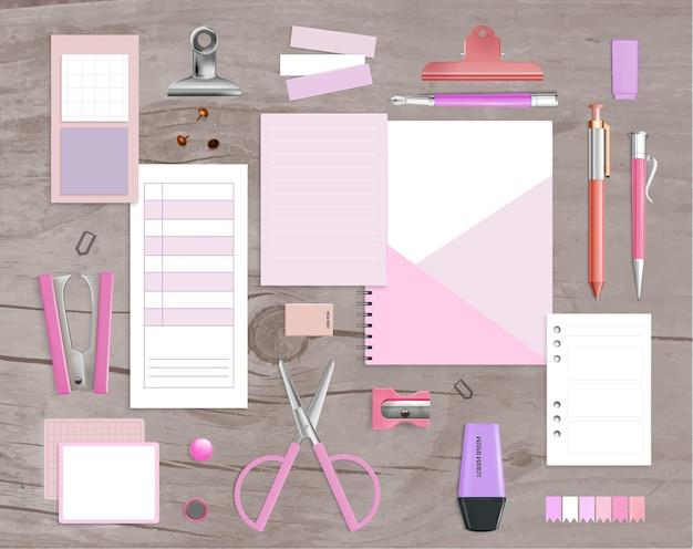 Produits de fournitures de bureau articles de maquette violet rose réaliste avec des blocs-notes d'agrafeuse de ciseaux illustration en bois gris