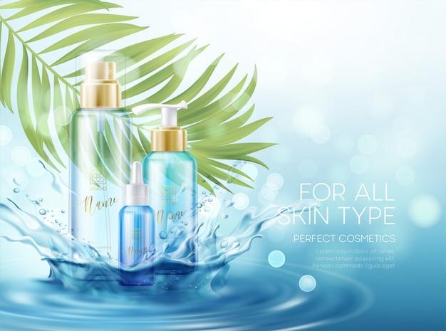 Produits de soins de la peau mouillée avec éclaboussure d'effets d'eau et feuille de palmier tropical sur fond bleu.