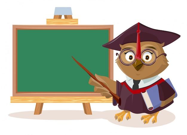 Professeur de hibou avec livre et pointeur se tient près du tableau