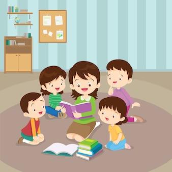 Professeur lisant pour les enfants