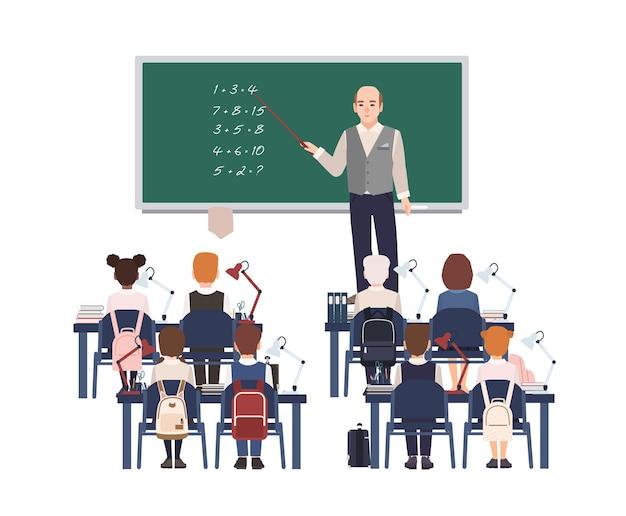 Professeur de mathématiques masculin expliquant l'addition aux enfants ou aux élèves de l'école primaire. homme sympathique enseignant les mathématiques ou l'arithmétique aux enfants assis en classe. illustration vectorielle coloré de dessin animé plat