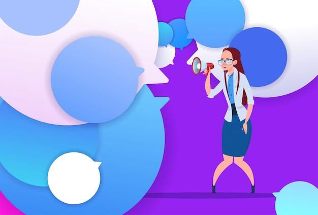 Profil, femme affaires, tenir, mégaphone, nouvelle idée, chat, soutien, bulles, backgroung, femme, émotion, avatar, femme, dessin animé, icône, pleine longueur