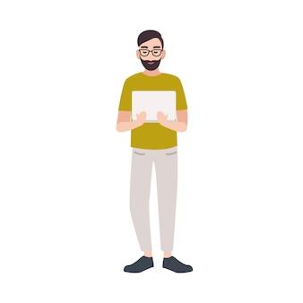 Programmeur souriant, codeur, développeur web, ingénieur logiciel ou travailleur informatique tenant un ordinateur portable