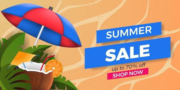 Promotion de bannière d'offre de vente d'été avec des feuilles tropicales avec une boisson à la noix de coco et du sable