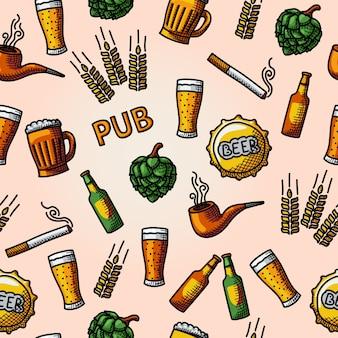 Pub sans couture, modèle de bière dessinée à la main avec verre et tasse, bouteille, hop, blé, robinet, pipe, cigarette