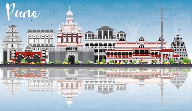 Pune skyline avec des bâtiments de couleur, un ciel bleu et des reflets.
