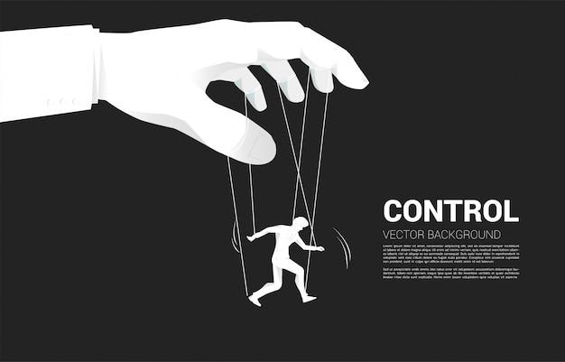 Puppet master contrôlant la silhouette de l'homme d'affaires. concept de manipulation et de microgestion