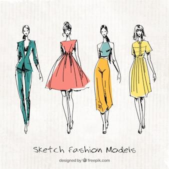Quatre croquis mignon de modèles de mode