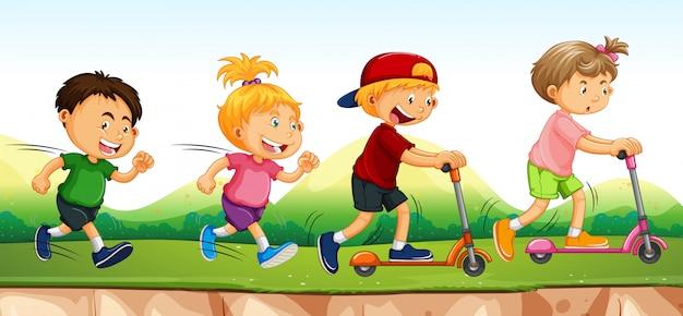 Quatre enfants courir et scooter dans le parc