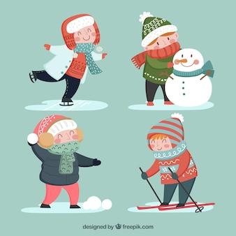 Quatre enfants font des activités hivernales