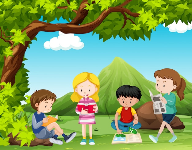 Quatre enfants lisant des livres sous l'arbre