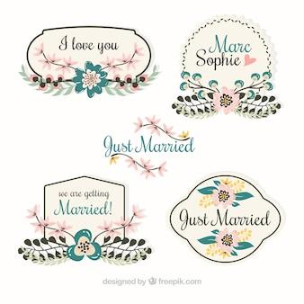 Quatre étiquettes de mariage rétro avec des fleurs