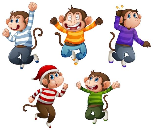 Quatre singes portent un t-shirt en pose de saut isolé sur fond blanc