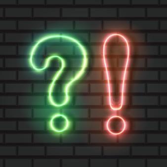 Question au néon et points d'exclamation lumières vertes et oranges
