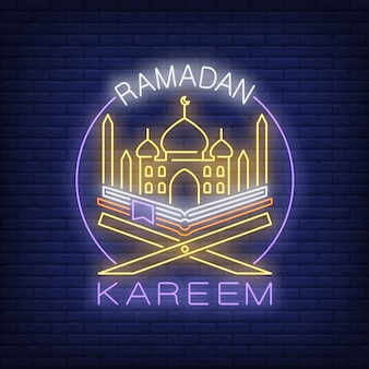 Ramadan kareem néon texte avec mosquée et coran en cercle