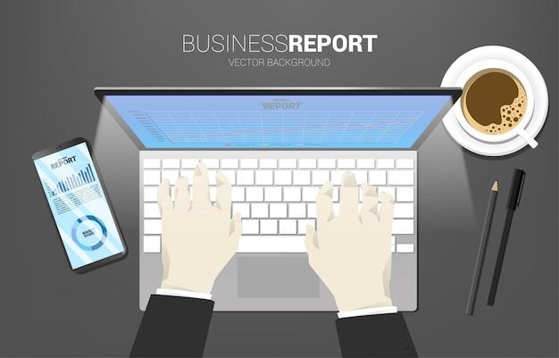 Rapport d'activité de table vue de dessus dans un téléphone mobile, une tablette et un ordinateur portable avec du papier et une calculatrice. concept de croissance des affaires numériques et rapport de tendance