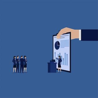 Rapport financier d'audit de l'analyse de données de présentation de femme d'affaires.