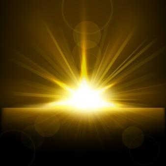Rayons d'or s'élevant de l'horizon