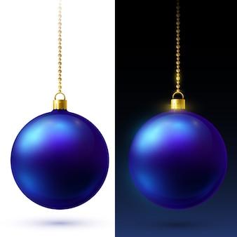Réalistes boules de noël bleu mat suspendues à des chaînes de perles en or.
