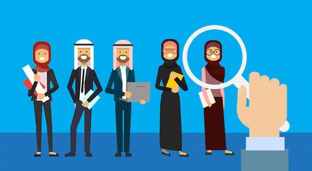 Recrutement main zoom loupe cueillette personne d'affaires candidat du groupe de personnes arabes fond pleine longueur