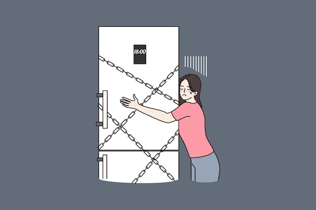 Réfrigérateur de câlin de femme verrouillé avec des chaînes pour la nuit