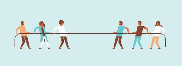 Remorqueur de guerre personnes équipe tirant les extrémités opposées de la corde les uns contre les autres personnage de dessin animé homme femme bannière plat
