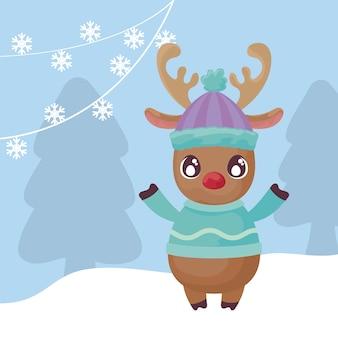 Renne mignon avec chapeau sur paysage d'hiver